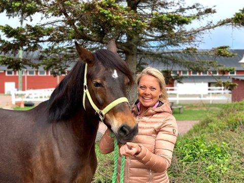 KLAR: Monica Larsen på Stall Verdens Ende holder på med de siste forberedelsene før det er klart for årets rideleir.