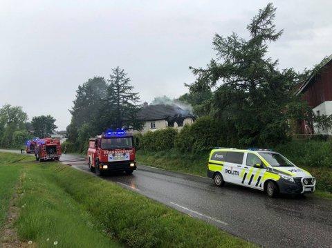 UTBRENT: Det store bolighuset langs Vestre Andebuvei ble herjet av brann mandag ettermiddag.