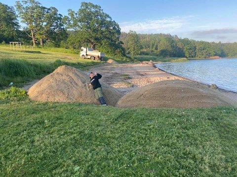 NY SAND: Melsomvik Vel gjør Melsomstranda klar for sommeren med påfyll av ny sand.