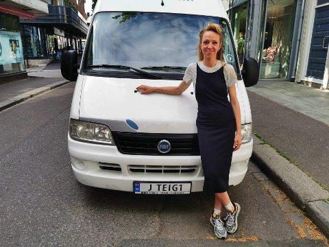 SJEKK SKILTET: Sara Skorgan Teigen står her foran bilen med det spesielle skiltet på. Bilen er eid av superfan Steinar Modalen, som også har bidratt med sin Teigen-samling til Teigen-museet i byen.