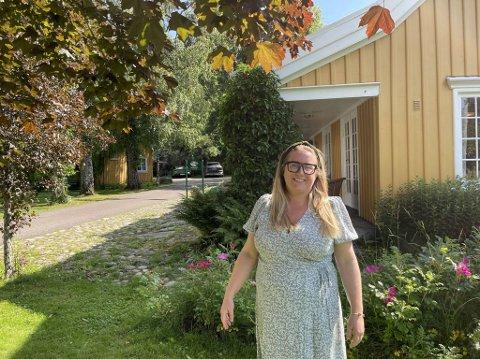 ENGØ GÅRD: Emma Jerpell, hotelldirektør for Engø Gård. Her er det deilig sol og varmt. Mange av jestene er bak bygget bak Emma.