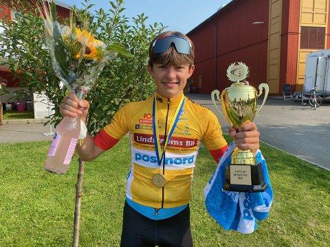 I GUL TRØYE: Mariius Innhaug Dahl i gul trøye og med blomster etter U6 i Tidaholm. Foto: Privat