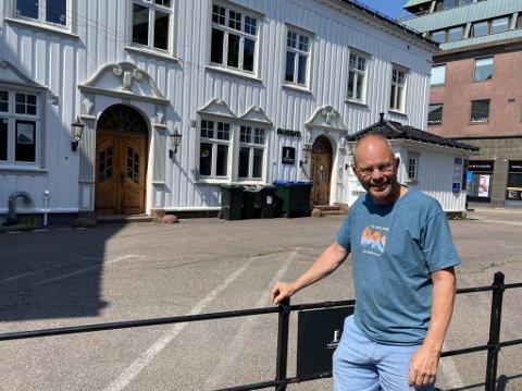Jon Edgar Karlsen gleder seg til nest siste langhelg i august, for da skal plassen bak ham forvandles til restaurant, slik det var i gamle dager.