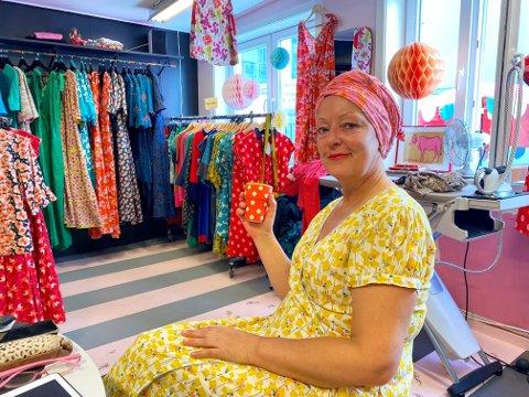 TØFFE TIDER: – Det er ikke til å legge skjul på at det har vært vanskelig å drive butikk under en pandemi, sier Helga Solbakken.