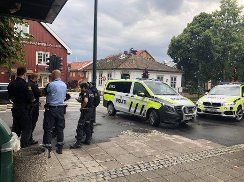 FORSTERKET RESSURSER: Politiet møtte opp med minst fem patruljebiler da de fikk melding om to unge gutter med machete på McDonald's mandag ettermiddag.