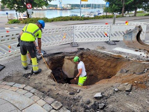 DYPT: Mandag morgen er synkehullet i ferd med å bli gravet ut, og gropen er flere meter dyp.