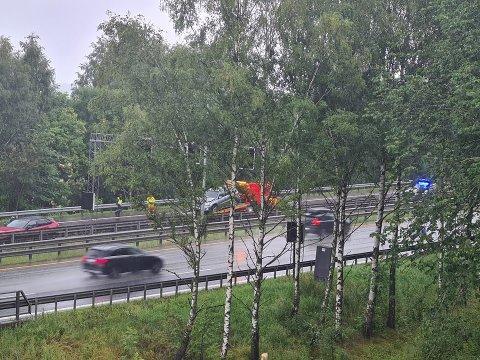 KJEDEKOLLISJON: En person ble sendt til legevakta etter en kjedekollisjonen på E18 i Lier onsdag. Det oppsto en del kø og forsinkelser i sørgående retning etter ulykken.