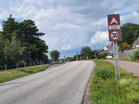 ULIKE FARTSGRENSER:  Fartsgrensa endrer seg ofte langs Berganveien på Skallestad. Det fører til at bilister kjører altfor fort i sonene med lavere grense.