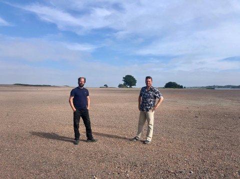 """PÅ VALLØ: Her i det for tiden nokså golde """"månelandskapet på Vallø, skal filmskaper Erik jacobsen (til høyre) og Daniel Larsen fra Tønsberg Lyd & Lys, straks arrangere utendørskino."""