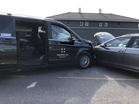 FRONT MOT FRONT: Kollisjonen skjedde mellom en taxi og en personbil.