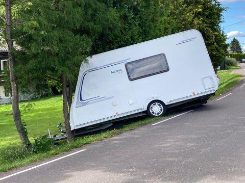 I GRØFTA: Campingvogn av veien på Ringshaug.