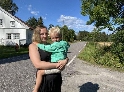 BEKYMRET: Silje Alice Kvilhaug er bekymret for sikkerheten til sin tre og et halvt år gamle sønn Tom Vermund på grunn av det hun betegner som farlig kjøring i Romsveien.