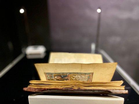 MONTERT: Psalteret ble montert fredag 27.august. Her skal den være utstilt i fire måneder.