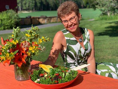 MATGLAD: Kathrine Kleveland elsker alt med maten; dyrking, tilberedning, dekorering og så klart spising.