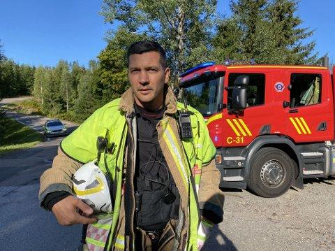 GLAD: Brannmester Thomas Nordby er sjeleglad for at noen så brannen og varslet i tide. Svært tørre forhold kunne gitt store konsekvenser etter båtbrannen.