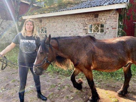 DRAMATISK RIDETUR: Marita Severinsen med hesten Prinsen (15) som havnet nedi myra.