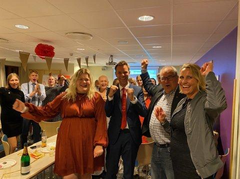 VALGSEIER: Aps stortingskandidater kunne slippe jubelen løs sammen med AUF etter at valgseieren var sikret. Foran fra venstre er Camilla Marie Brekke, Truls Vasvik, og til høyre Maria Karine Aasen-Svensrud