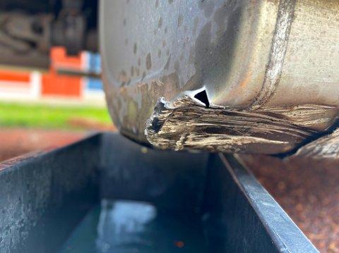 LEKKASJE: Et uhell gjorde at lastebilen fikk slått hull på tanken.