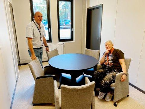 GJENBRUK: Per Henning Johannesen og Oddny Kristin Grytdal-Bech har de siste dagene reddet utallige møbler fra å havne på dynga.