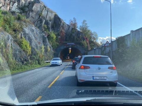 KLAR BANE, MEN: Ikke alle liker å bli stående fast i kø i Slottsfjelltunnelen, som personbilen som står foran taxien i bildet. Det fører til ekstra lange køer i ettermiddagsrushet.