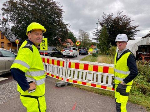 KØ-TRØBBEL: Byggeleder Lasse Sondbø og Jan Erik Bjerke-Nilsen hos entreprenøren Tore Haraldstad & Co var torsdag ute og så på forholdene langs Narverødveien. – Det blir innjustering når vi flytter anleggsområdet, sier Bjerke-Nielsen.