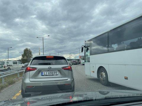 Som alltid står trafikken dønn stille i Kjellekrysset. Spesielt for de som skal ut på Semslinna.