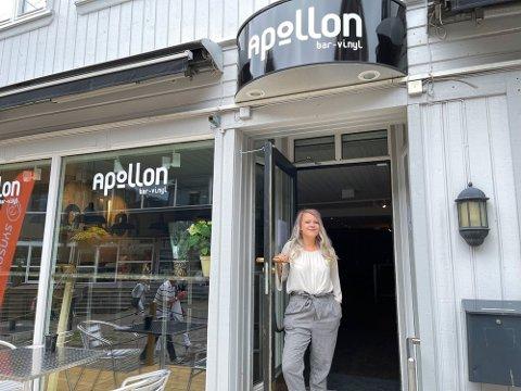 APOLLON: Emma Ystebø åpnet platebaren Apollon i juni. Nå ser hun fram til den dagen den kan drives slik det egentlig er tiltenkt uten restriksjoner.
