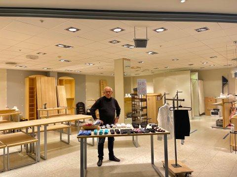 TAKKER FOR SEG: Nå pakkes butikken Burre ned. Dette syns butikkeier Anders Pettersen er veldig trist, men samtidig på tide.