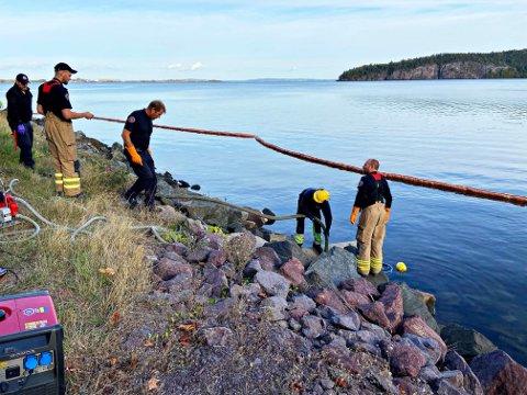 UTSLIPP: Brannvesenet har lagt ut lenser etter utslippet utenfor Holmestrand.