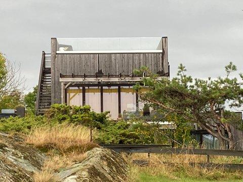 FIKK HYTTE: Dette bygget er søkt om og godkjent som et anneks, men er bygget som en hytte. Dette skjedde samtidig som det var forbud mot å sette opp nye fritidsboliger og etter anbefaling fra kommunens saksbehandler om å fjerne kjøkkenet som skulle bygges fra tegningen.