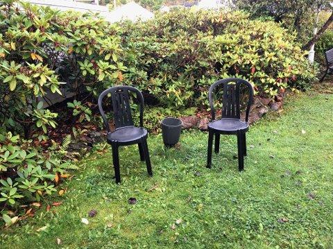 BORTE: Mellom stolene mangler det et bord, men uansett hvor Mary Kaasa leter er det sporløst forsvunnet.