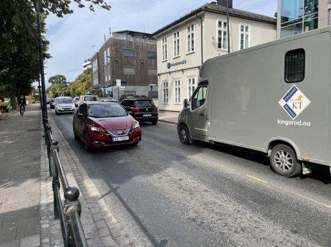 TETT TRAFIKK: Det er tett trafikk flere steder i Tønsberg tidlig fredag ettermiddag. Her fra Nedre Langgate.