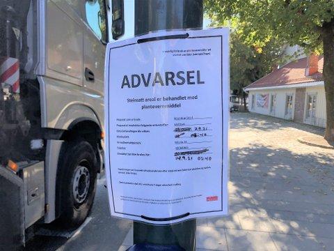 RUNDE TO: Disse advarslene ble hengt opp på hver side av fotgjengerfeltet i Nedre Langgate tirsdag.