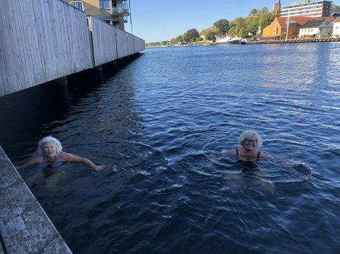 DEILIG: Kari Thomassen (t.v.) og Hege C. Bekkevold kunne melde om helt greie badetemperaturer 8. september.