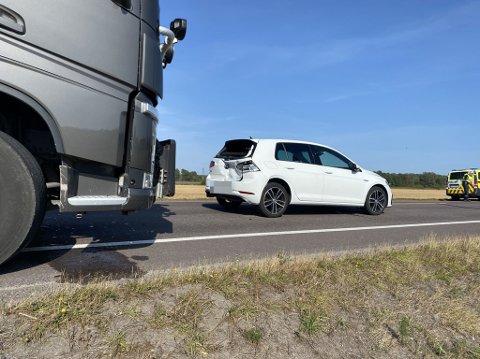 En lastebil og to personbiler var involvert i ulykken.