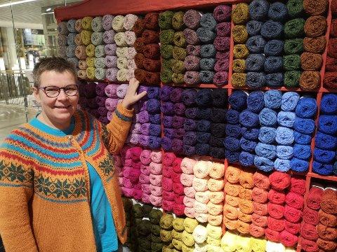 ANNERLEDES DAGER: Sissel Pedersen hos butikken Liten Q på Amfi Raufoss sier de har stor pågang av folk som vil sikre seg garn. Arkivbilde