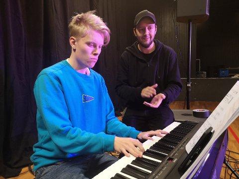 Simen Martinsen (19) øver ilag med musikklærer Petter Amundgård.