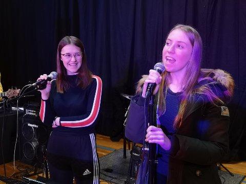 Ingvild (t.v.) synger sammen med Regine. Begge to prøver seg også som trommeslagere og bassister for første gang.