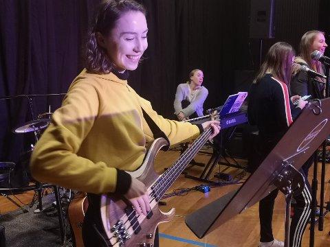 Karoline Jensen (19) har erfaring med teater, men på konsertvikua blir det første gangen hun fremfører for et publikum med instrument.