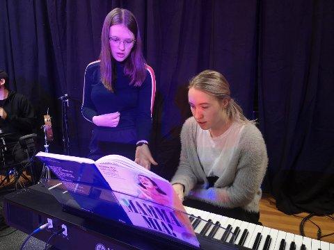 Veronica ønsker å lære seg piano, og får her hjelp av Ingvild.