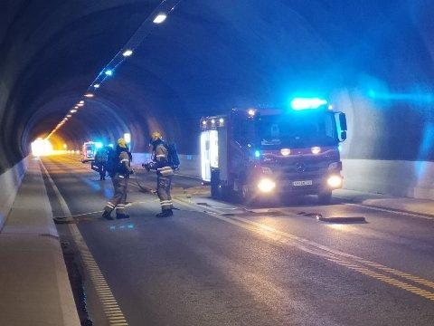 Brannvesenet er på plass og klar for å hjelpe førerne i lastebilen lenger frem i tunnelen.
