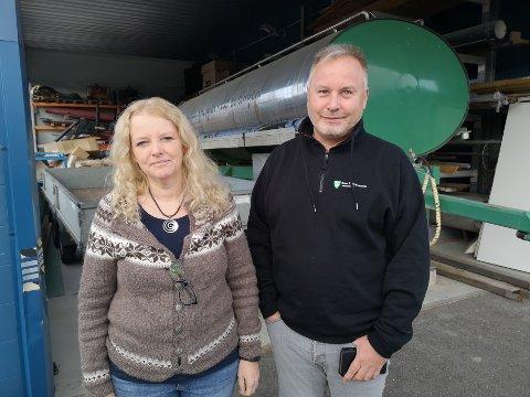 Vann- og avløpsjef Elisabeth Harrang sammen med Kjell Nyborg, fagleder rensing. Bak står en tank som rommer 10.000 liter vann som kan tas i bruk i f.eks. krisesituasjoner.