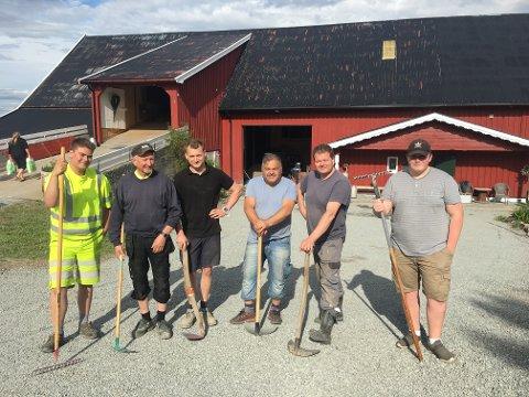 Her er deler av gjengen som har tatt del i ryddejobben på Amlien Nordre. (f.v) Simen Madsen, Even Amlien, Einar Amlien, Jan Lorentzen, Espen Madsen, Martin Madsen.