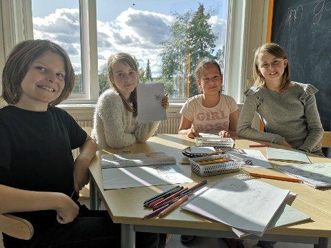 FRIHET TIL EGEN LÆRE: Adrian (10), Hanna (9), Gea (12) og Sara (12) liker at skolen er litt annerledes, og gir de frihet til å velge aktivitet og arbeid ut fra tema de jobber med.