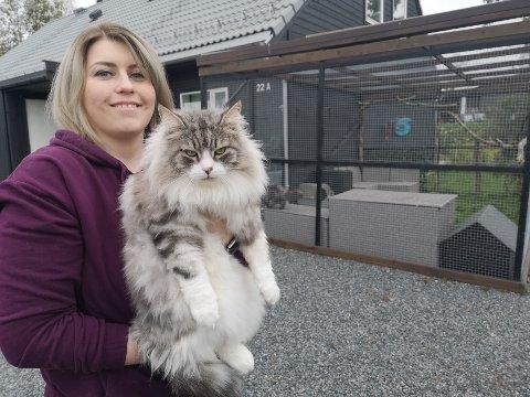 TRAFIKKSIKKERT: Siri Katrine (28) har lagt merke til at mange kjører saktere, og til og med stopper utenfor huset hennes fordi de er nysgjerrig på buret. Spøkefullt kaller hun oppdretten sin for et trafikksikkert tiltak.