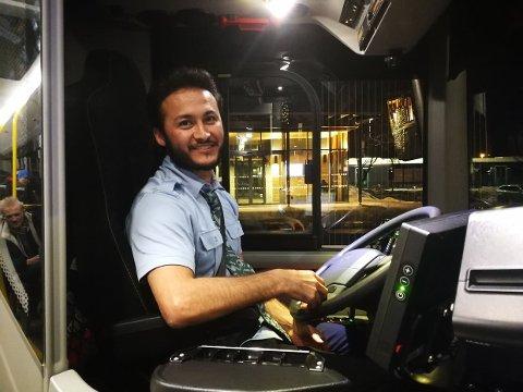 FORNØYD PÅ JOBB: Zaher Heidari trives i jobben som bussjåfør. Han ville egentlig være helsefagarbeider, for han liker å jobbe med mennesker, men det får han gjort på bussen også.