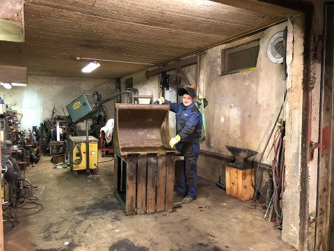 BRUKER EGEN ERFARING: Jan Endre Strandbakken er selv bonde på en gård på Eina, hvor han sammen med faren driver hovedsaklig med korndyrking og gravemaskindrift. Den erfaringa drar han god nytte av i jobben som landbruksmegler.