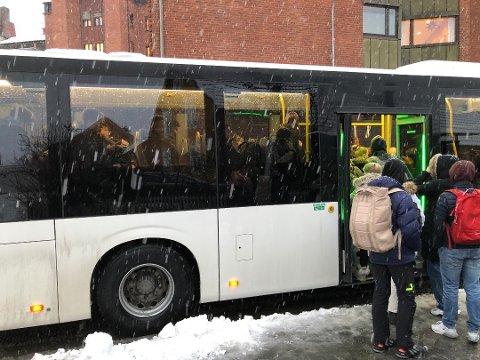 FORLENGER RUTE: Etter en vurdering av kapasiteten på skolebussen fra Vestre Toten ungdomsskole til Eina onsdager har Innlandstrafikk besluttet å forlenge en av de mindre trafikkerte rutene for å øke kapasiteten. Bildet er fra en tidligere sak om den samme problematikken på Gjøvik.