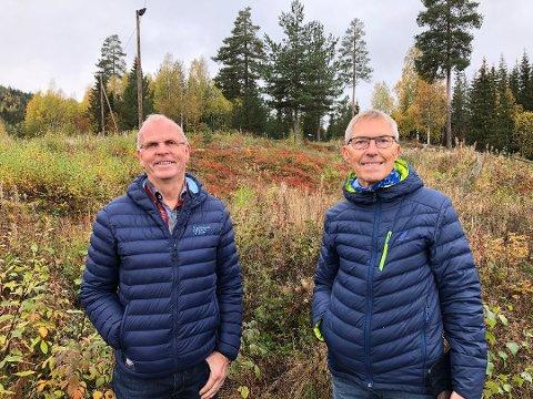 """POPULÆRT: Ingvar Aandalen (t.v.) og Per Harald Sørlien i foreninga Åsløypas Venner Raufoss er glade for at konseptet """"Finn Åsen"""" har blitt tatt så godt imot, og at over to hundre personer har registrert seg i Trimpoeng-appen de siste to ukene."""