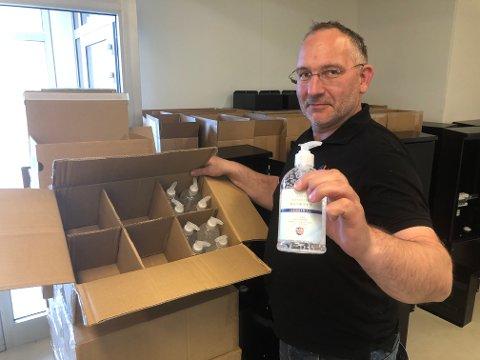 KREMMER: Per Erik Bergstuen har kjøpt 1000 flasker håndsprit i Kina. Nå har han fått de levert på Reinsvoll og skal starte salget.